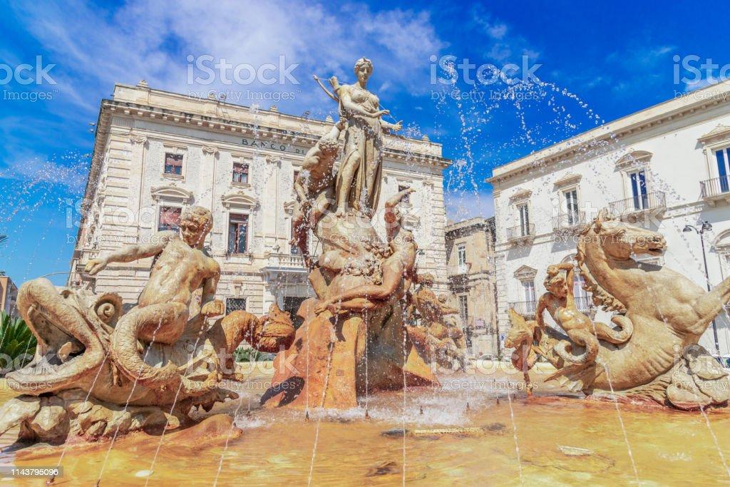 Siracusa, Insel Sizilien, Italien: Diana Brunnen auf dem Archimedes-Platz, Ortigia, Syrakus - Lizenzfrei Archimedes Stock-Foto