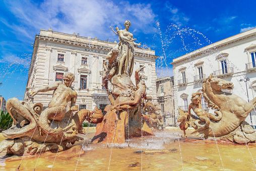 Siracusa Insel Sizilien Italien Diana Brunnen Auf Dem Archimedesplatz Ortigia Syrakus Stockfoto und mehr Bilder von Archimedes