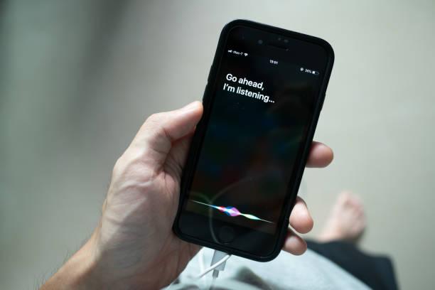 siri, apple's voice-activated digital assistant - big tech foto e immagini stock