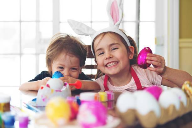 Kız kardeş ve kardeş yemek çikolata stok fotoğrafı