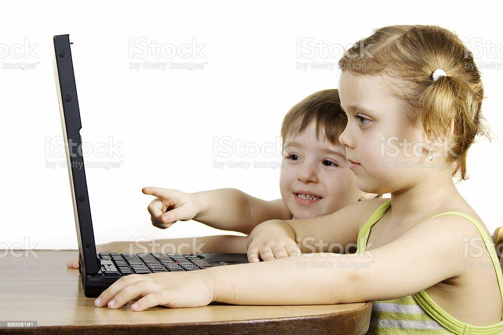 Siostry i brata pracy z laptopa zbiór zdjęć royalty-free