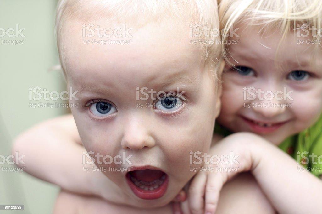 Sorella abbracciare un amico foto stock royalty-free