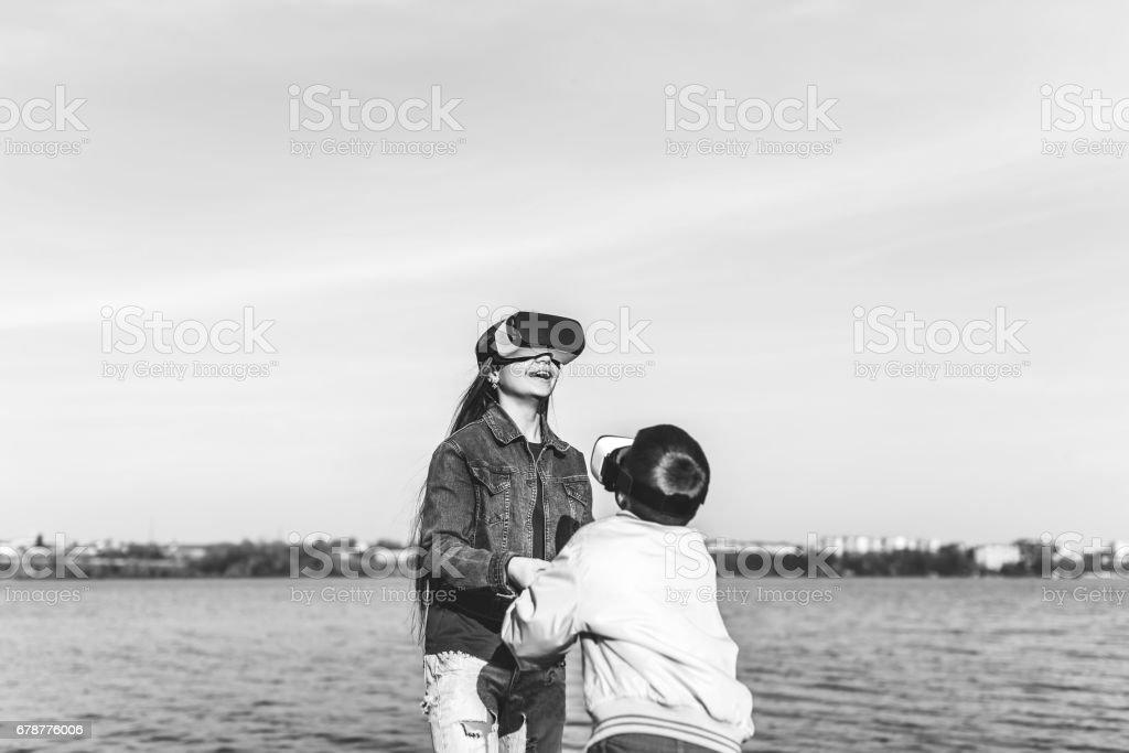 Sœur avec petit frère jouant dans des verres VR photo libre de droits
