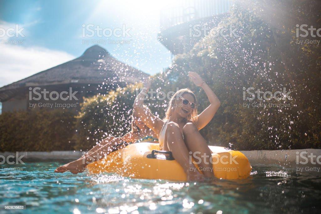 Schwestern auf aufblasbaren Ring im Park genießen – Foto
