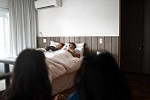 寝ている間に親の寝室に入る姉妹