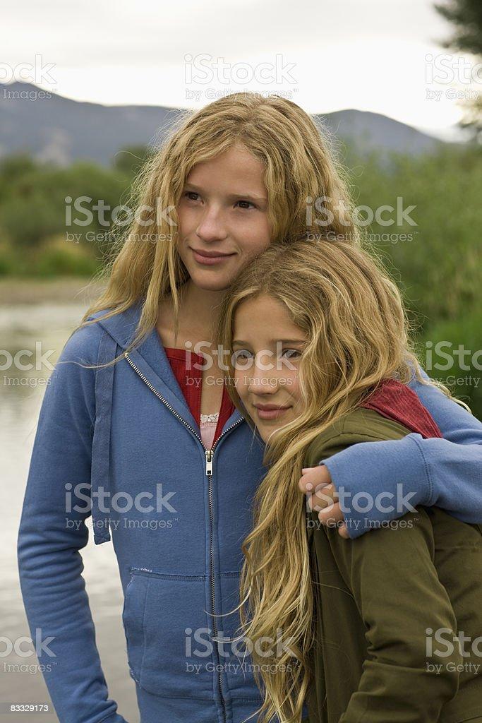 Siostry objąć zbiór zdjęć royalty-free