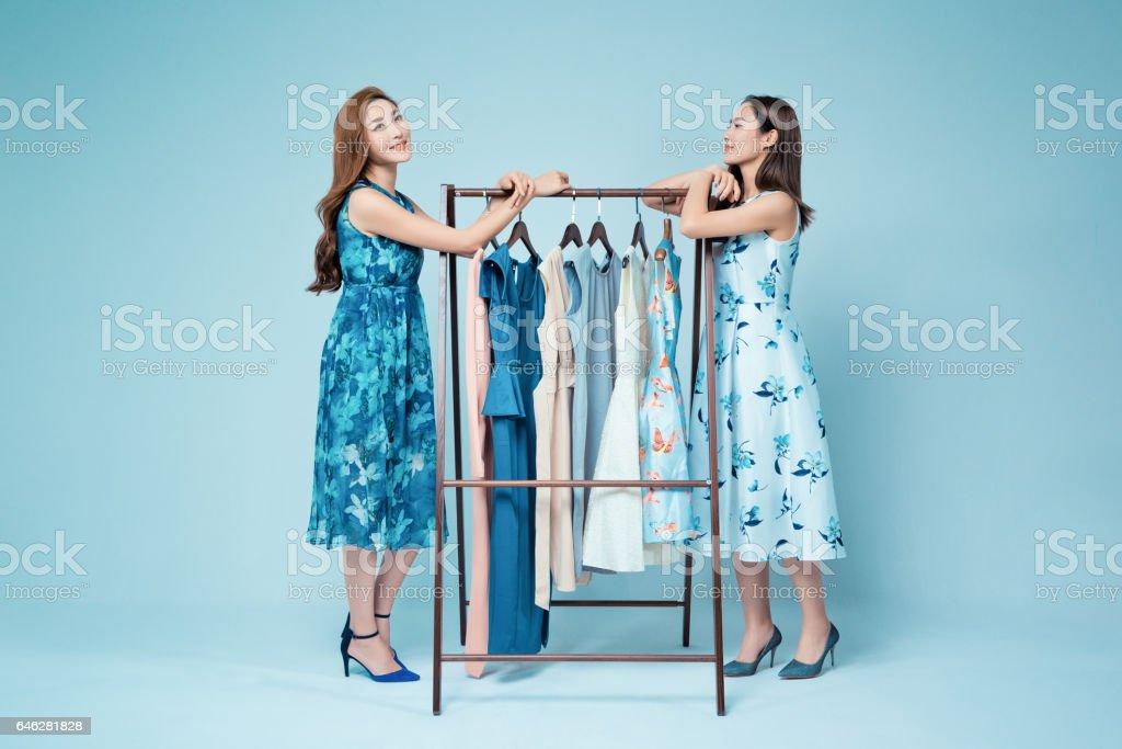 姐妹們在服裝店買衣服圖像檔
