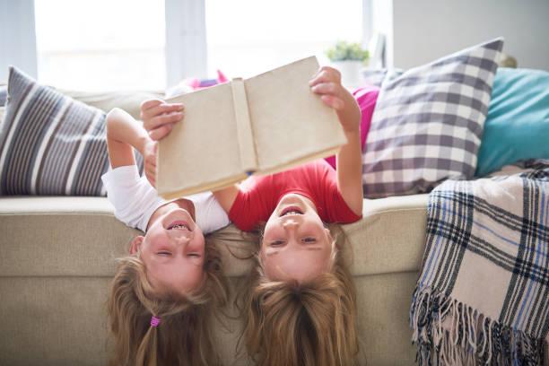 Schwestern Buch auf den Kopf gestellt – Foto