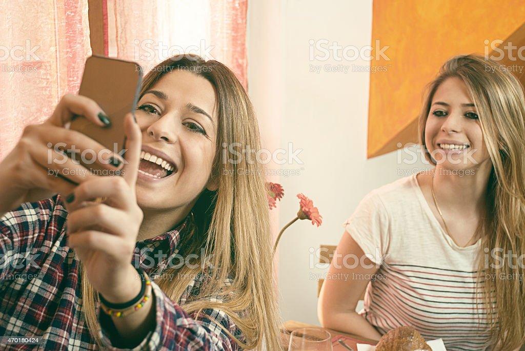 Sisters Fotos mit einem smartpone – Foto