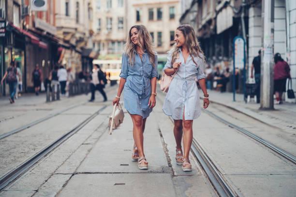 zussen samen wandelen - street style stockfoto's en -beelden