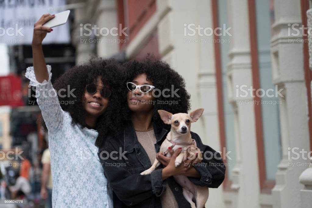 Sisters with their dog, New York - fotografia de stock