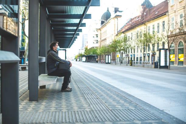 сидя на автобусной остановке - город призрак стоковые фото и изображения