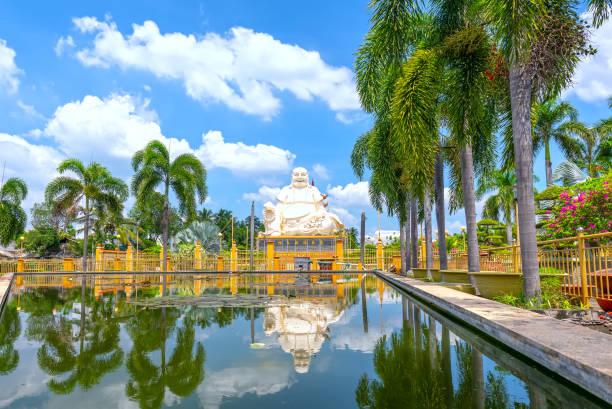 Sitzende Buddha-Statue im Vinh-Trang-Tempel in My Tho City. Tien Giang, Vietnam. – Foto