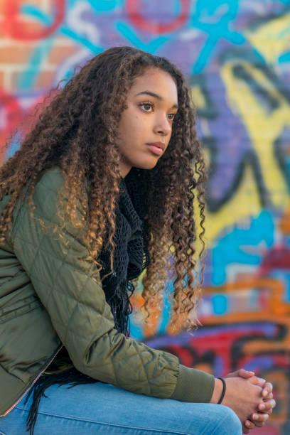 sitzen vor graffiti - high school bilder stock-fotos und bilder