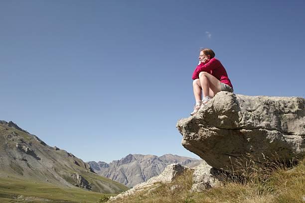 Sitzt auf einem Stein in den Alpen Sommer Col D'Allos – Foto