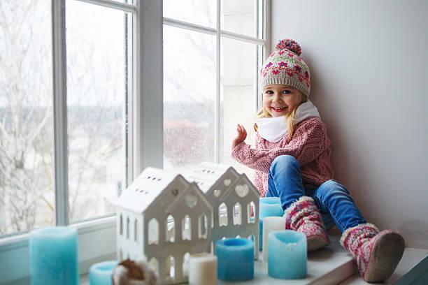 Sitzt auf eine Fensterbank – Foto