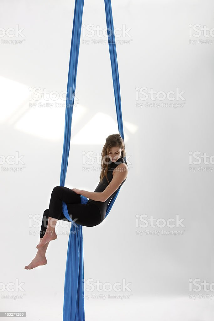 Sentado en acrobatics tejido - foto de stock