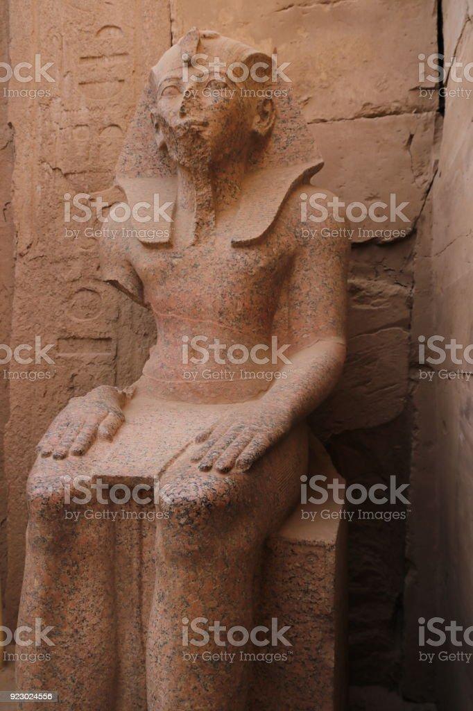 カルナック神殿に座っているファ...