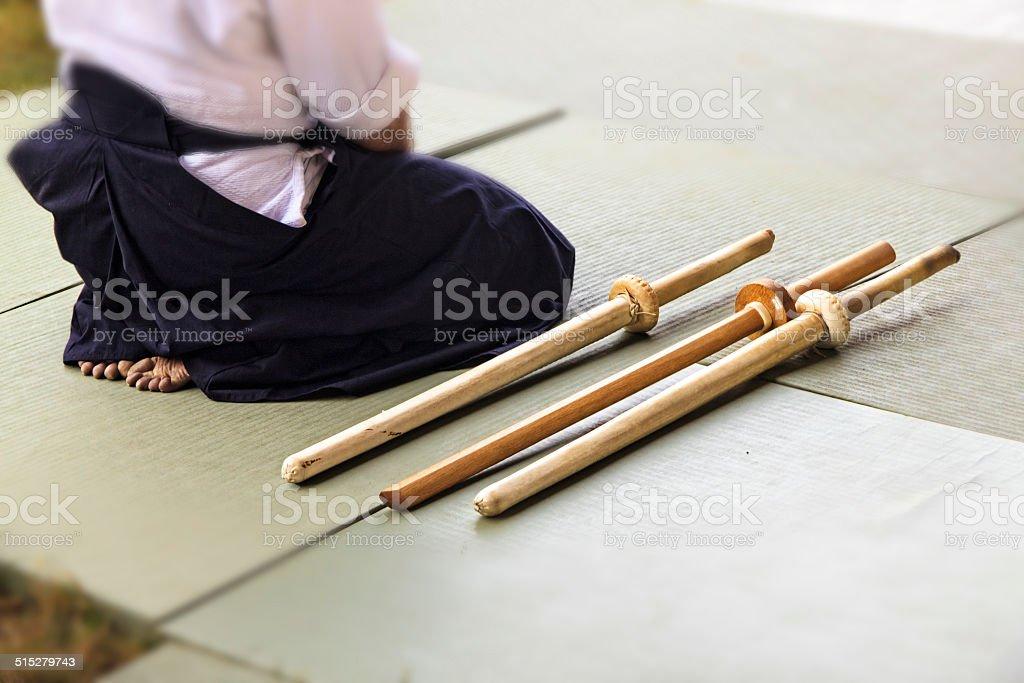 Siedzący Samuraj z catanas-Kultura Samuraj – zdjęcie