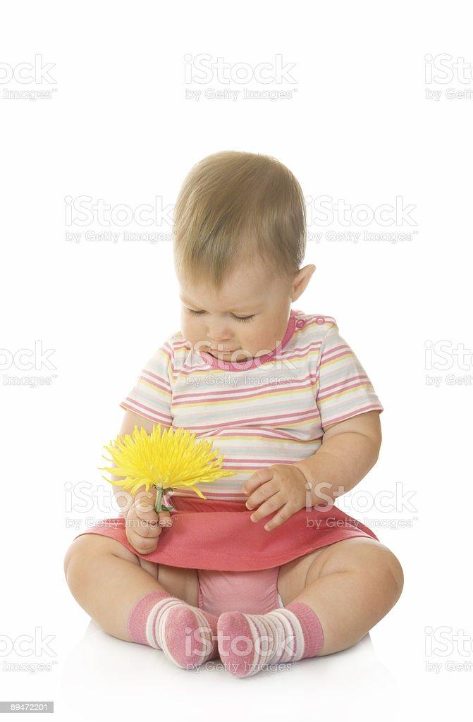 Sitzt kleines baby mit gelben Blume Lizenzfreies stock-foto