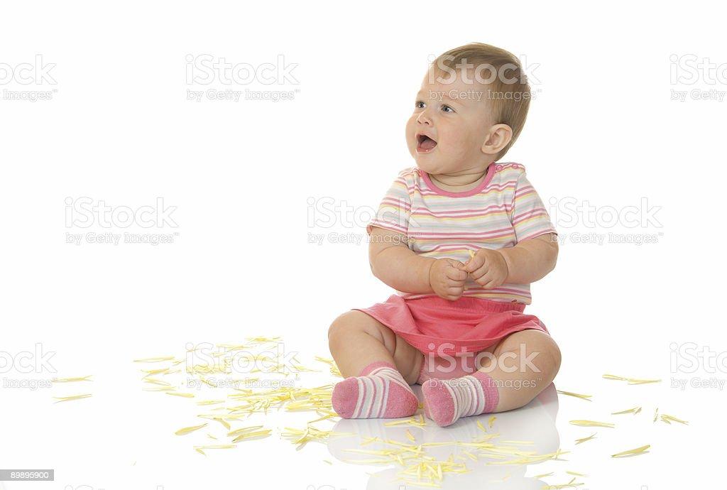 Bebé sala de estar pequeña con pétalos color amarillo foto de stock libre de derechos