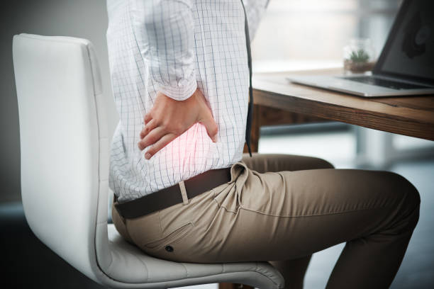 sitzen zu lange kann unerträglichen spannung nach hinten bringen - rückenschmerzen beim sitzen stock-fotos und bilder