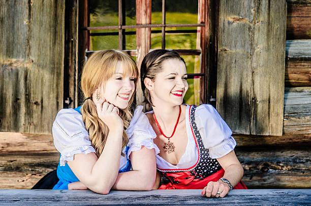 sitzung frau in traditioneller kleidung in österreich - vintage dirndl stock-fotos und bilder