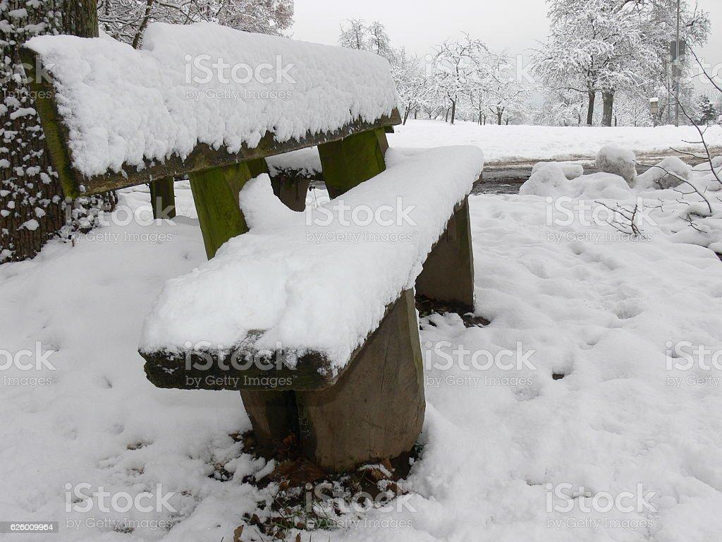 Sitzbank mit Schneedecke stock photo