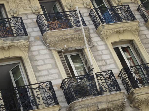zes balkon met gietijzeren hekwerk en franch windows foto