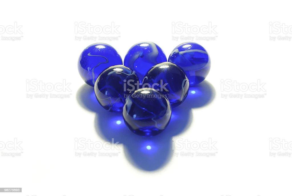 Sei vetro blu marmi contro sfondo bianco foto stock royalty-free