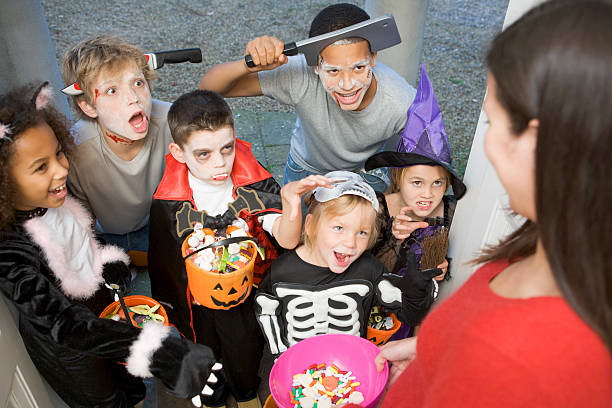 Six enfants trick ou traiter sur Halloween - Photo