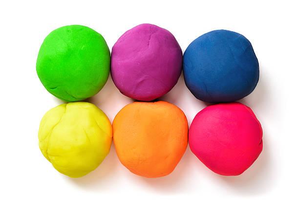sześć kolorowych kulek modelowania gliny na białym tle - glina zdjęcia i obrazy z banku zdjęć