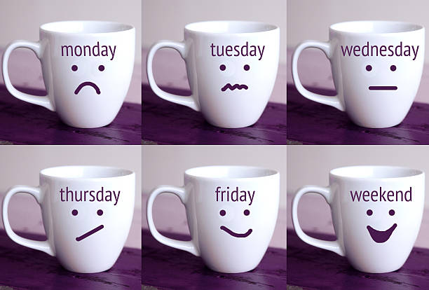 six cups with the words of days of the week - letzter arbeitstag stock-fotos und bilder