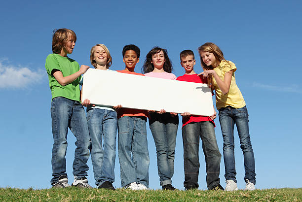 gruppe von verschiedenen kinder halten leere schild - spaß sprüche stock-fotos und bilder