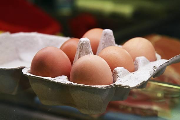 sechs eier in einer box - eierverpackung stock-fotos und bilder