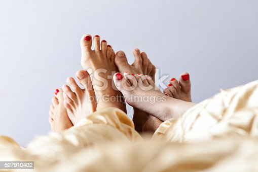 528422658 istock photo Six Feet In Bed 527910402