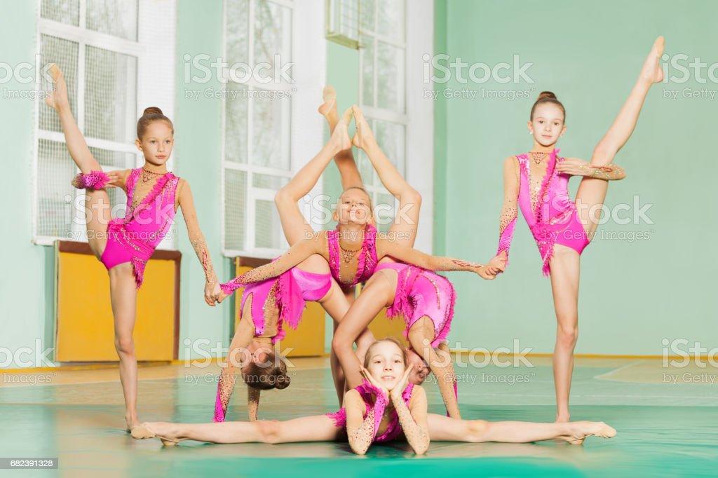Six gymnaste acrobatique posent ensemble formation photo libre de droits
