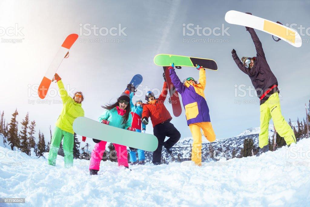 Seis amigos felices es tener diversión. Concepto de esquí o snowboard - foto de stock
