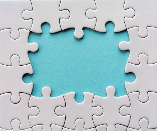 sechs letzten stücke eines leeren puzzles - puzzleteile stock-fotos und bilder