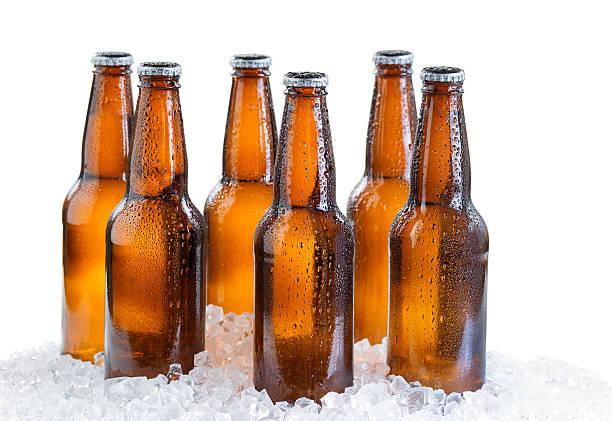 six pack de bière en bouteille glacée isolé sur blanc - pack de six photos et images de collection