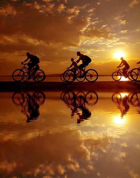 six personnes équitation vélos le long de la côte - nuage 6 photos et images de collection
