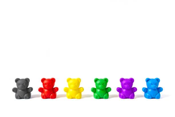 sechs kunststoff bär figuren in den farben der großen politischen parteien deutschlands isoliert auf weißem hintergrund - la union stock-fotos und bilder