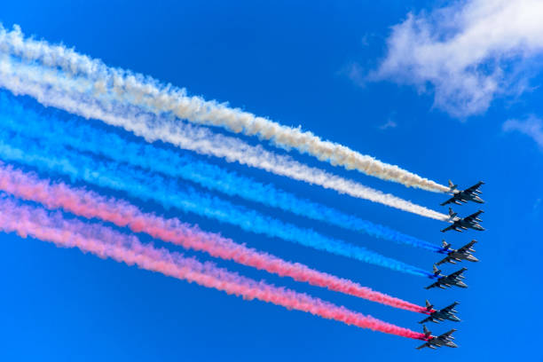sechs su-25 angriff flugzeuge verlassen rauch als tricolor russische flagge bei der probe für den tag des sieges militärparade - wortarten bestimmen übungen stock-fotos und bilder