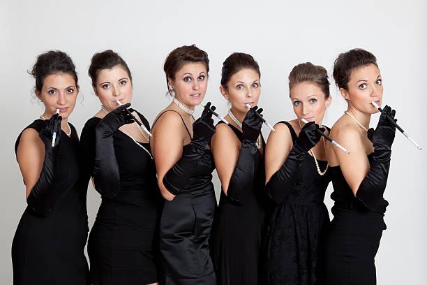 Seis joven mujer en vestido negro, para fumadores - foto de stock