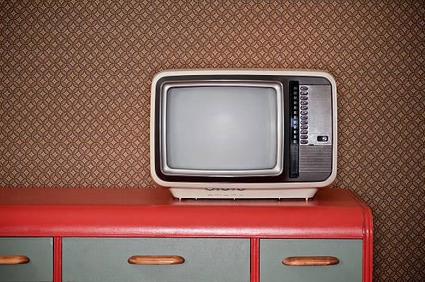 sechziger-fernseher auf retro-schreibtisch - alte serien stock-fotos und bilder