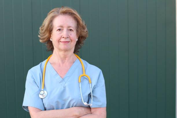 Sessenta anos de idade trabalhador de saúde perto - foto de acervo
