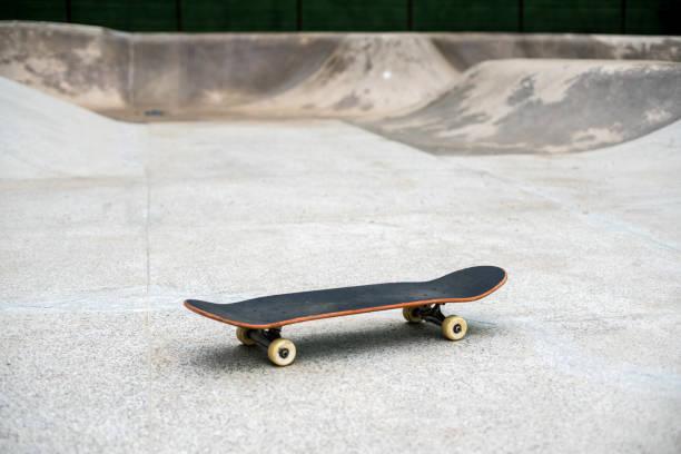 スケートパークでスケート ボードします。 - スケートボード ストックフォトと画像