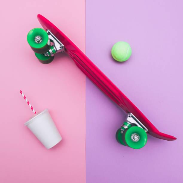 skateboard mit pappbecher - neon partylebensmittel stock-fotos und bilder