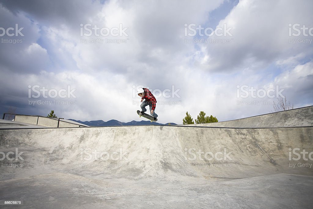 A skateboarder catches some air in a skate park. Lizenzfreies stock-foto