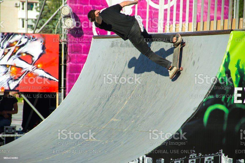 34e38d47 Skatista fazendo um truque em um parque de skate foto de stock royalty-free